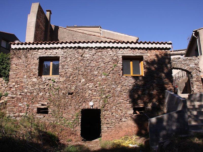 Gîte entièrement rénové avec jardin dans village médiéval. 6 couchages, holiday rental in Laurens