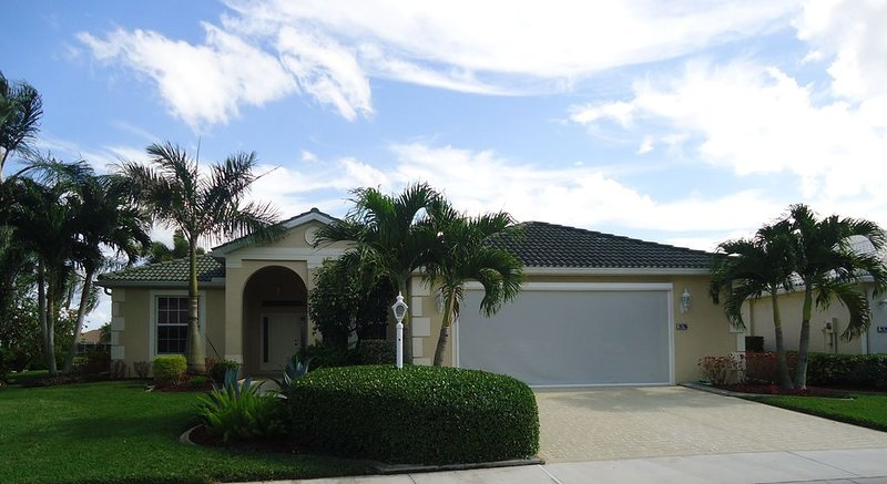 Golf & Pond View home in gated community, sleeps 6, alquiler vacacional en North Fort Myers