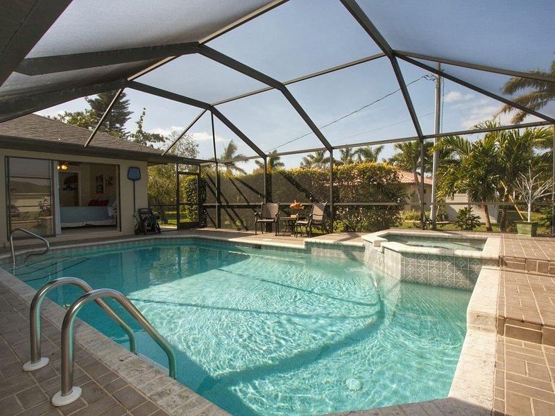 Fantastic Cape Coral 3 Bedroom, 2 Bath West Facing Pool Home near Cape Harbor, location de vacances à Cape Coral