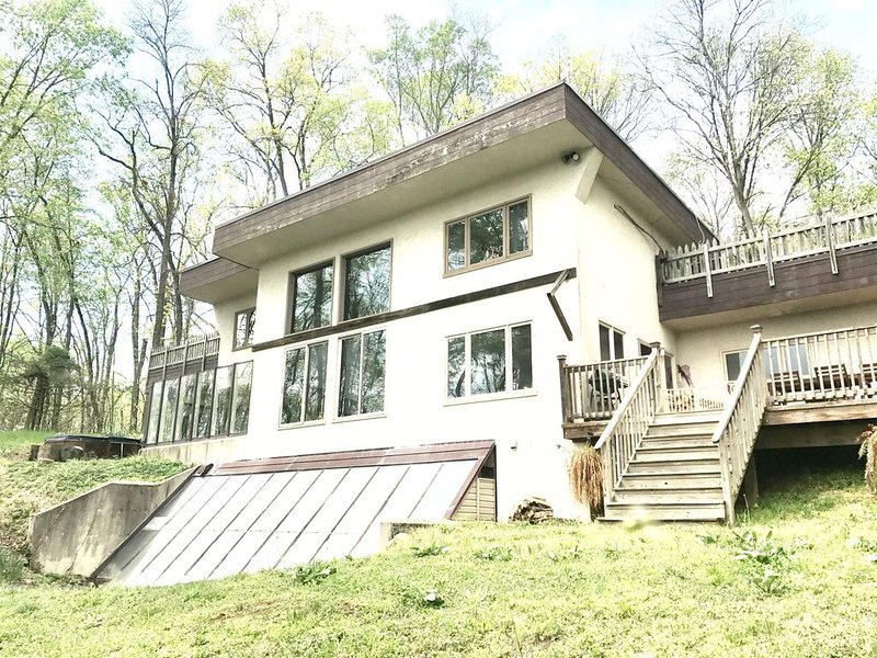 Potomac River Retreat | Shepherdstown, WV | Stunning views | 5 acres | 4 BR, holiday rental in Sharpsburg
