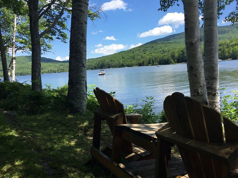 Relax & enjoy 240' lake frontage on Stinson Lake- Rumney, NH, with private beach, aluguéis de temporada em Thornton