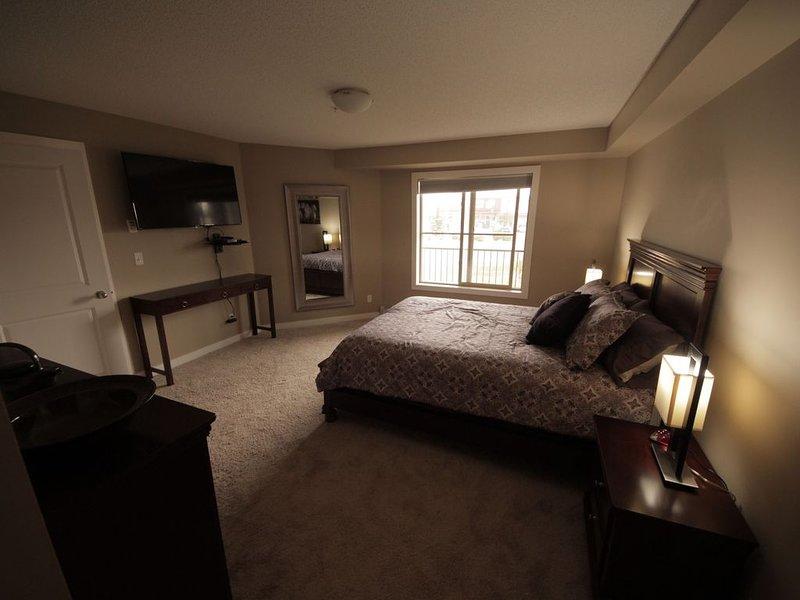 Welcome to the ICON *Large 3 Bedroom 2 Bathroom Condo DOWNTOWN Cochrane, location de vacances à Cochrane