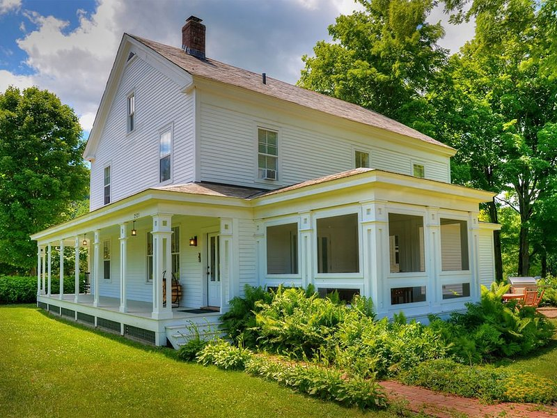 Beautifully Restored 1803 Vermont Farmhouse, holiday rental in West Pawlet