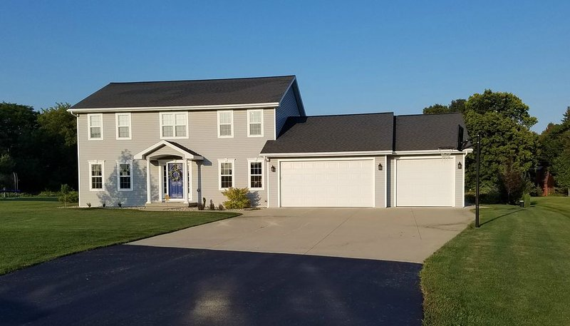 Spacious private home with quick access to EAA, vacation rental in Chilton