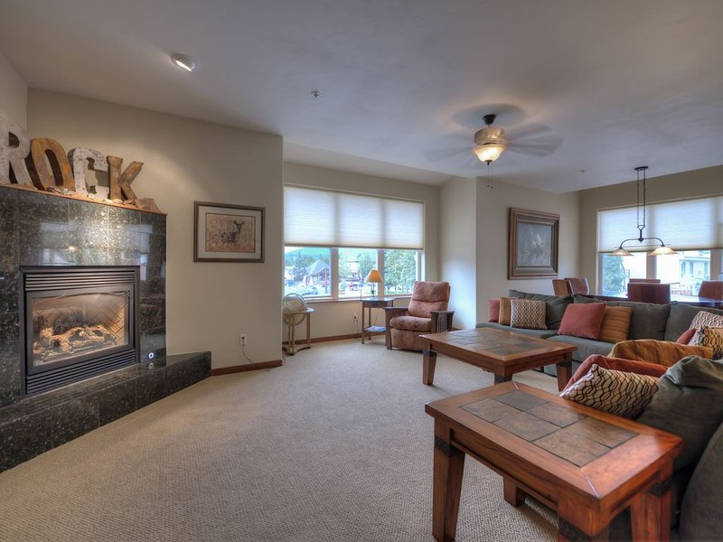 Luxury Condo 1 Block from Main St and Free Ski Shuttle, holiday rental in Frisco