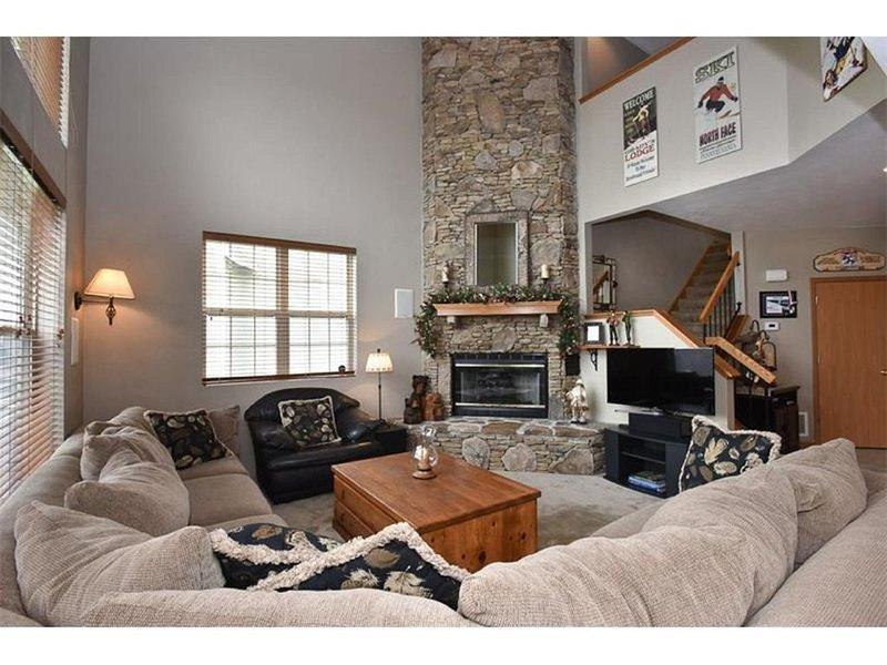 Sala de estar con chimenea de gas y sonido envolvente.