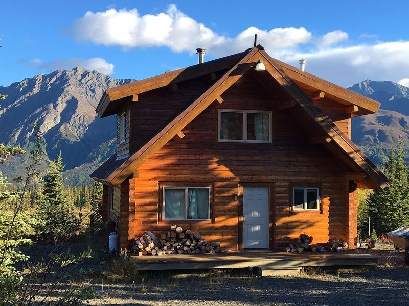 Beautiful secluded log cabin with stunning mountain views, holiday rental in Glacier View