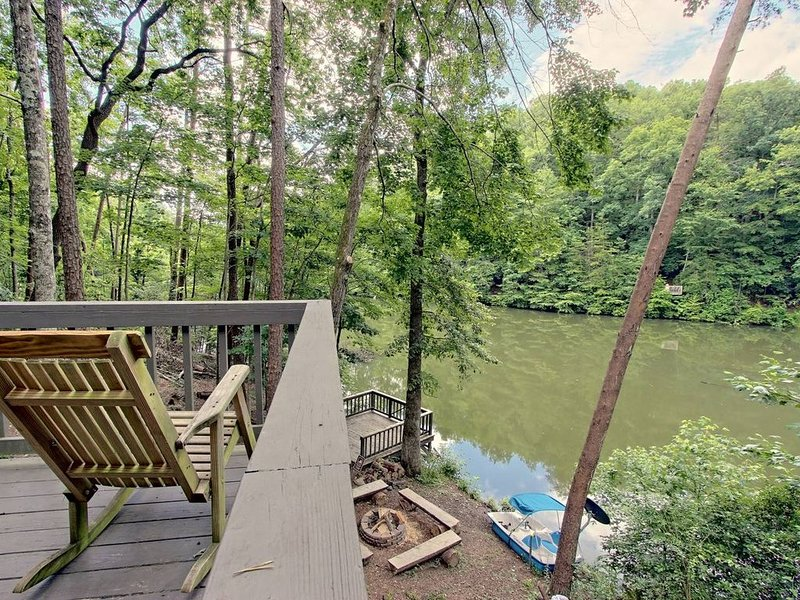 LAKEFRONT, MTN VIEW, HOT TUB, POOL TABLE, FIREPIT, PROJECTOR, DOGS OK, 3BD AVAIL, vacation rental in Cherrylog