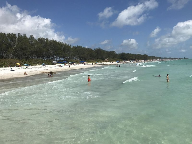 Unobstructed Gulf view, steps to beach! Walk to popular Bridge Street Condo #4, location de vacances à Île d'Anna Maria
