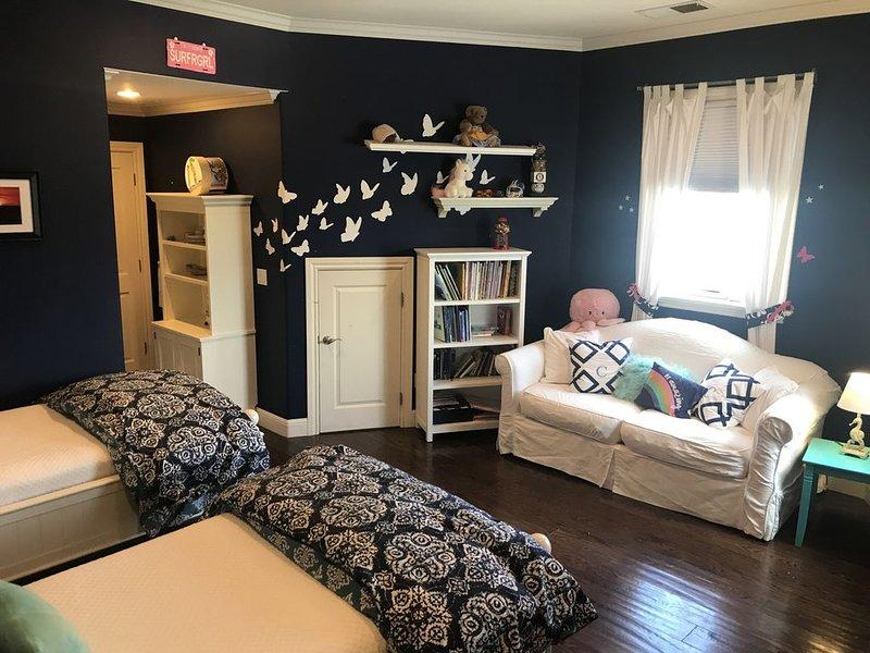 Chambre d'hôtes 4 avec 2 lits jumeaux, un canapé-lit double et salle de jeux