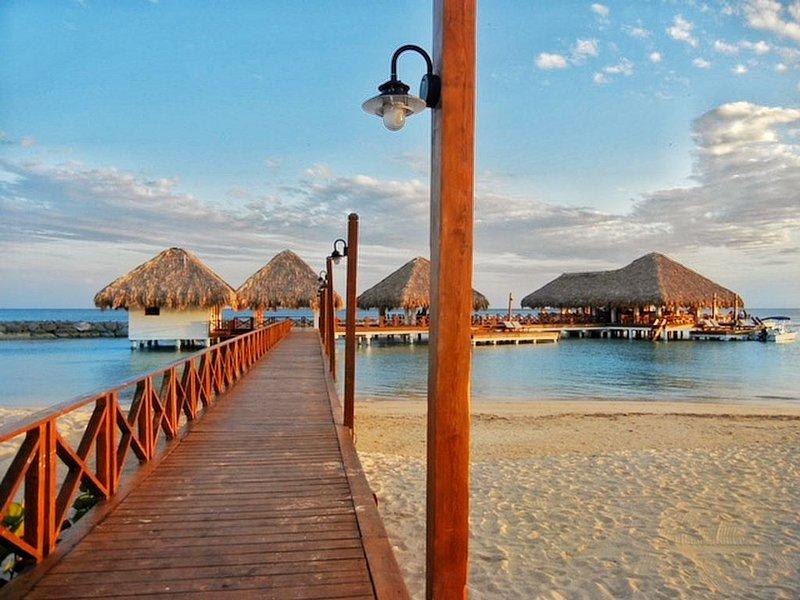 Luxury Beachfront Apartment – Perfect for Families!, aluguéis de temporada em Juan Dolio