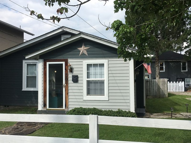 Cottage in Mountain Top town, steps to dining, grocery, minutes to adventure, holiday rental in Oak Hill