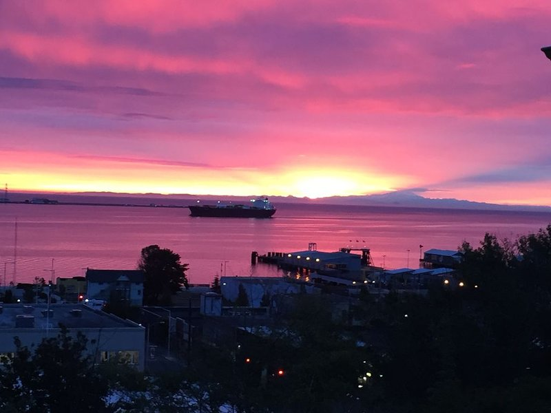 Great Harbor Views, Walk to Victoria Ferry and downtown, Roomy Apartment!, Ferienwohnung in Clallam County