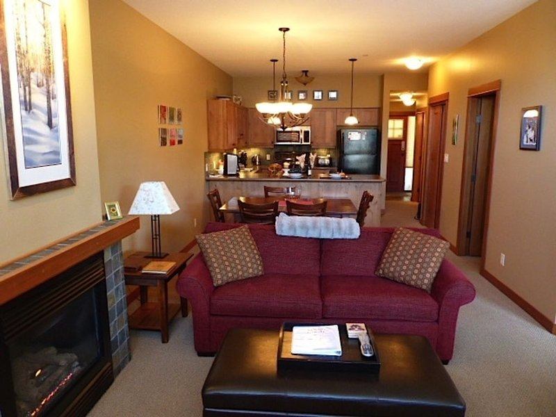 Beautiful 2-bedroom ski in/out condo with private hot tub at Settler's Crossing – semesterbostad i Sun Peaks