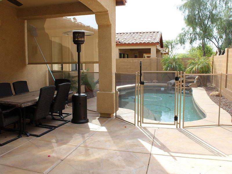 Cour arrière avec piscine, chauffage d'appoint et table