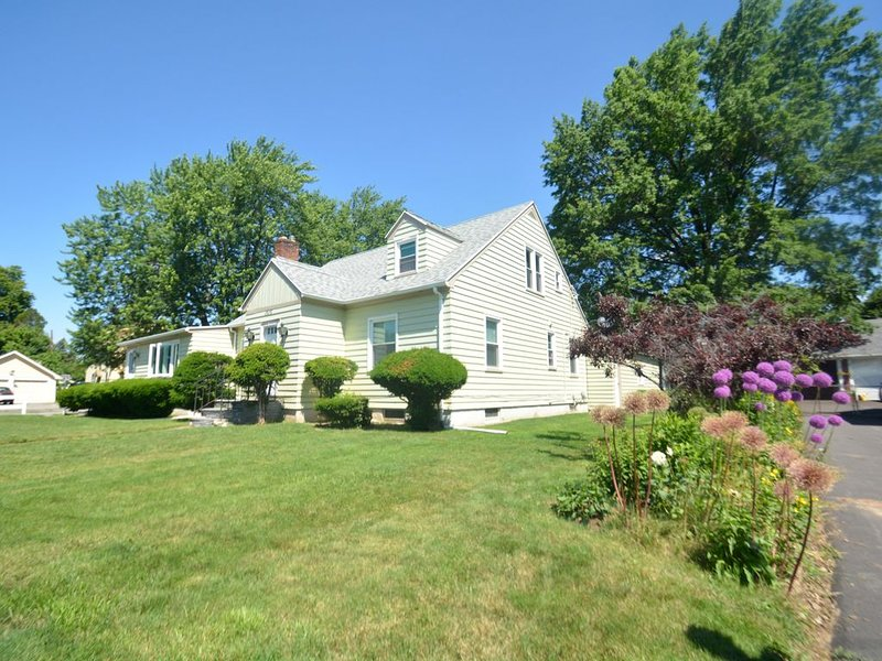 Beautiful Cape in Rochester Suburb 6 minutes to UofR, Airport, Curling Club, holiday rental in Fairport