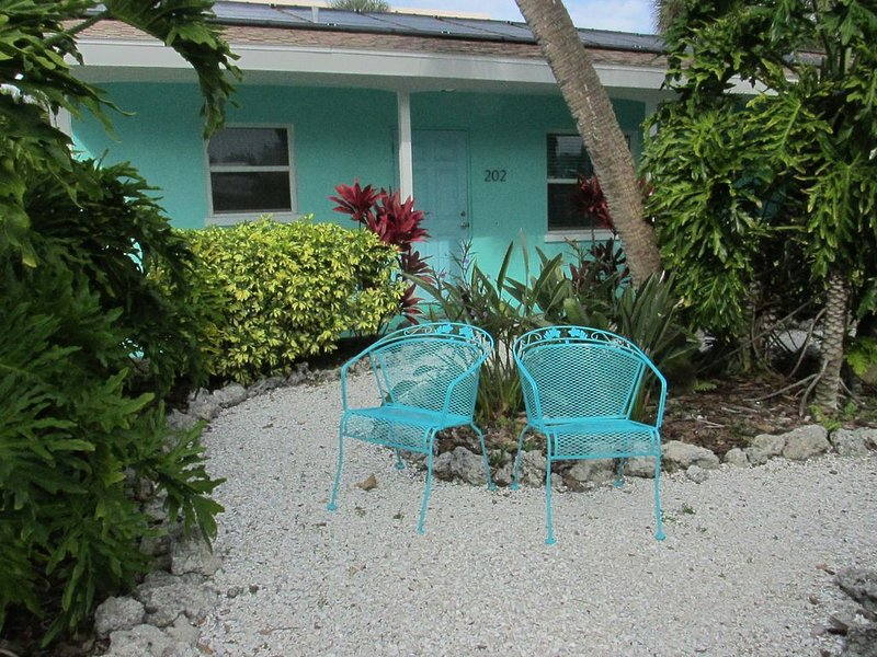 CUTE TWO BEDROOM WITH POOL**STEPS TO THE BEACH!!!, holiday rental in Holmes Beach