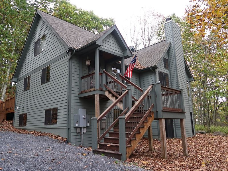 Large Luxury Wintergreen Cabin, holiday rental in Montebello