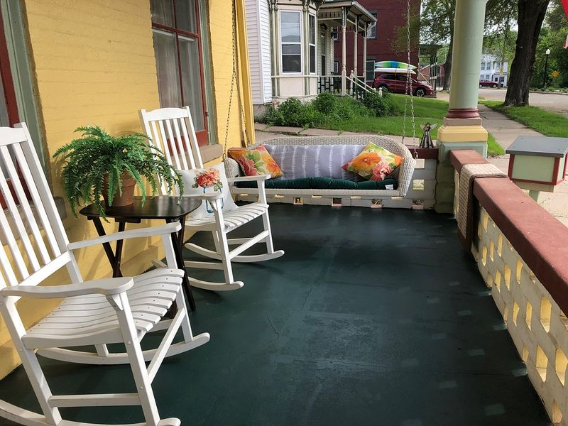 One Block to Town! Park it and forget about it!, holiday rental in Galena
