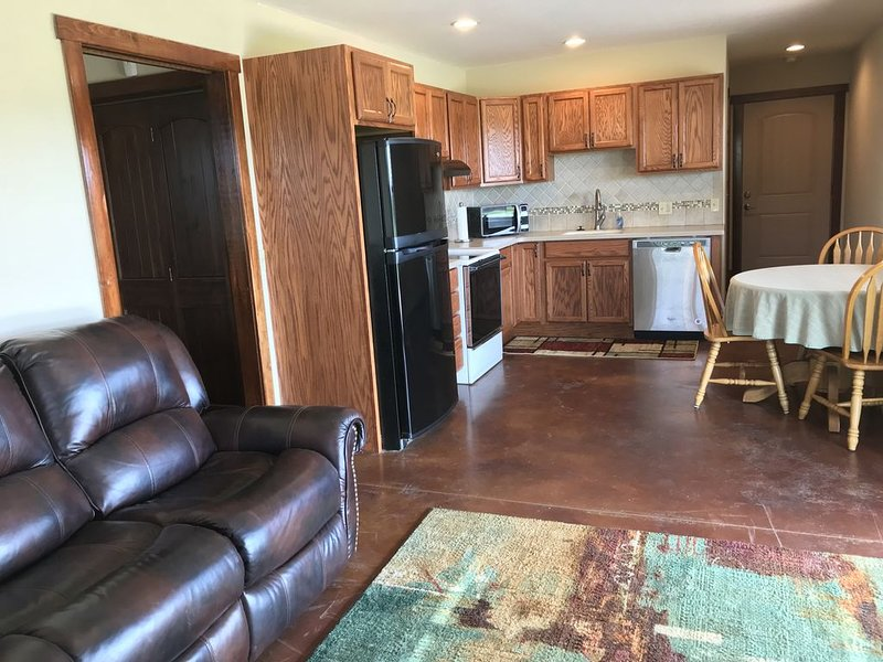 Quiet one bedroom apartment just north of Stillwater, 7 miles from OSU campus, vacation rental in Stillwater