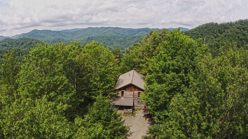 Picturesque 16 acre Wooded Mountain Property with a Spacious Lodge & 2 Cabins, location de vacances à Hot Springs