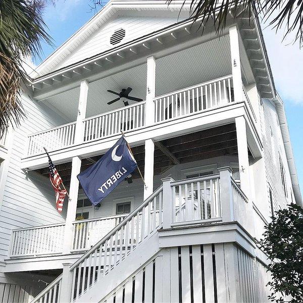 5Bedroom/4bath beautifully appointed, screened porches, short walk to beach, aluguéis de temporada em Edisto Beach
