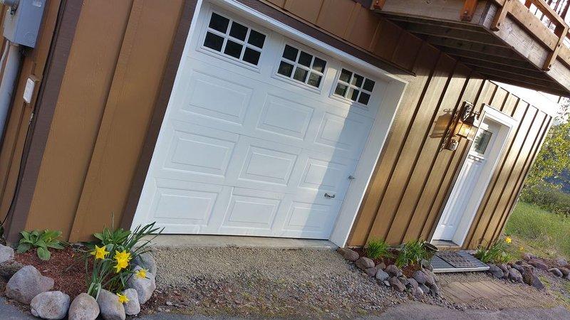 Extérieur: porte d'entrée et 1/2 garage.