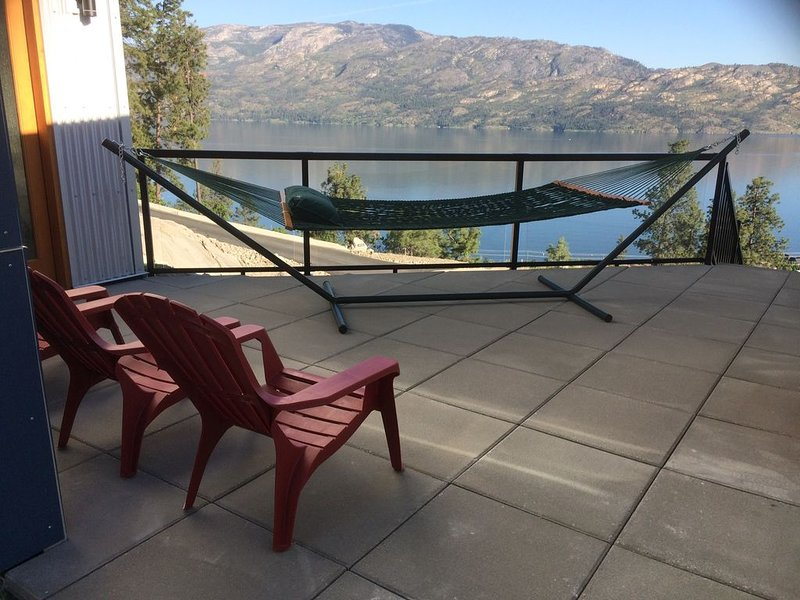 Private, heart stopping lake/mountain view, hot tub, perfect couples get away., alquiler de vacaciones en Peachland