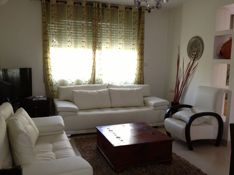 Spacious, Comfortable Condo In Quiet Ramallah (al-Tireh) Neighborhood, aluguéis de temporada em Kokhav Ya'akov