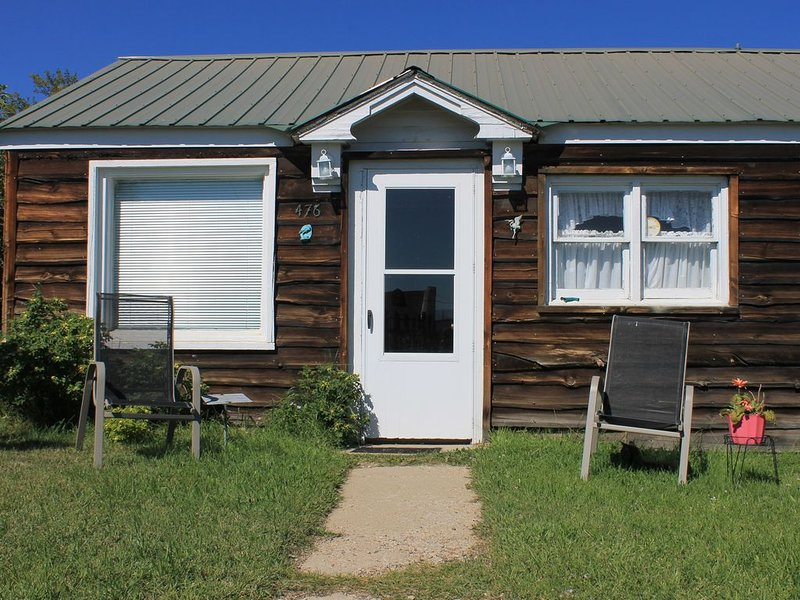 Cozy Cottage- 3 blocks from Main St., Walden, CO, holiday rental in Walden