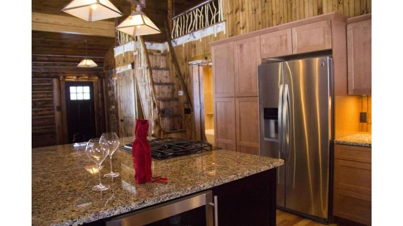 Luxe Logs - Your Perfect Adirondack Getaway!, vacation rental in North Creek