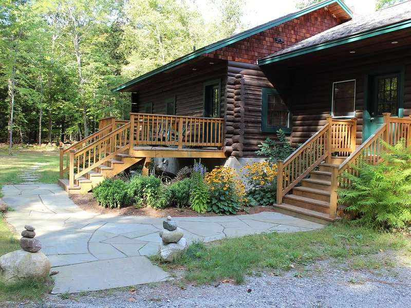 Log Cabin in the Heart of the ADK High Peaks with Views!, location de vacances à Keene