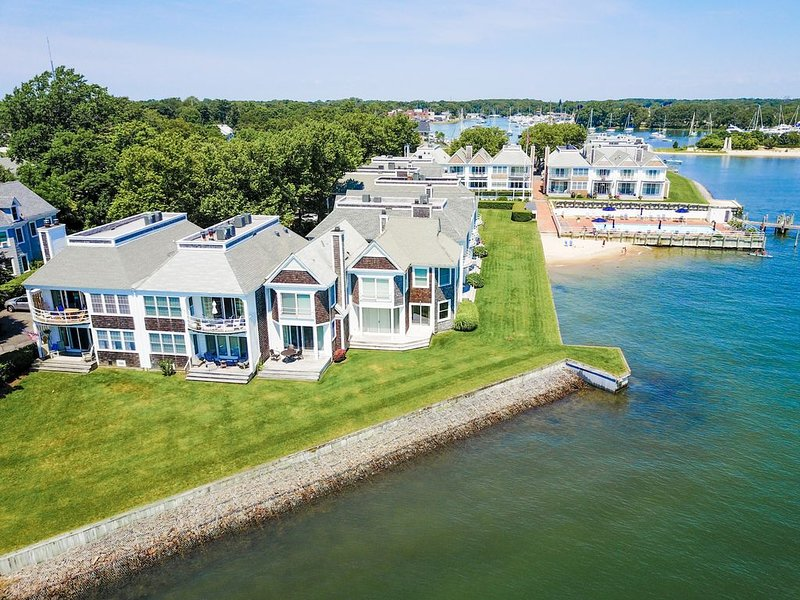 NEW LIST: Luxury Waterfront Condo-Pool, Beach Access, heart of Greenport Village, casa vacanza a Greenport