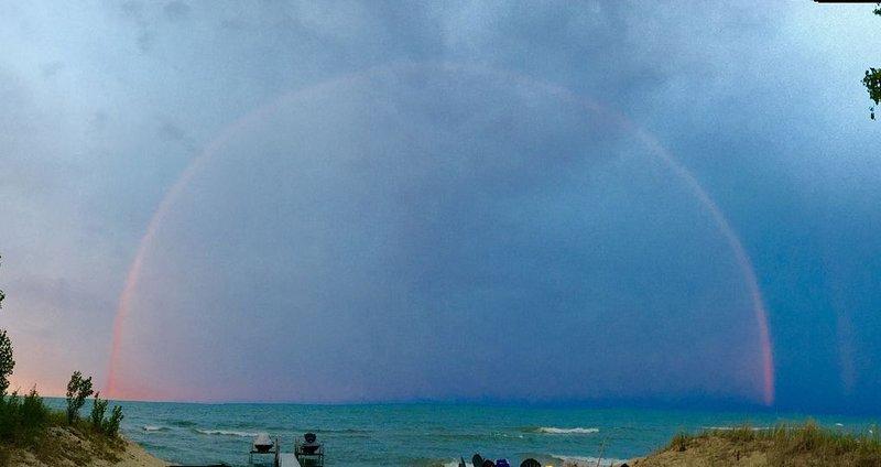 Doble arcoiris sobre la playa