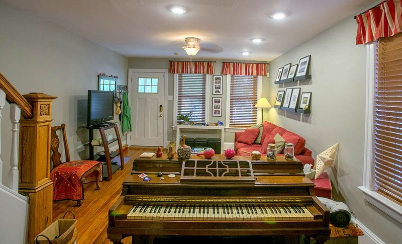Great Home in a Great Town and A 10-Minute Train Ride to Phila, vacation rental in Burlington