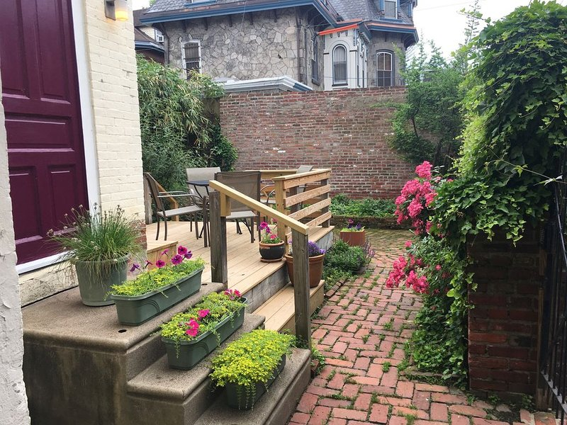 Garden Oasis 1 BR Apartment in Historical Victorian, Private Entrance, Deck, location de vacances à Philadelphie