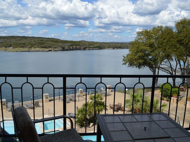 Amazing 3rd Story View Lake Travis Condo on Private Island, casa vacanza a Lago Vista