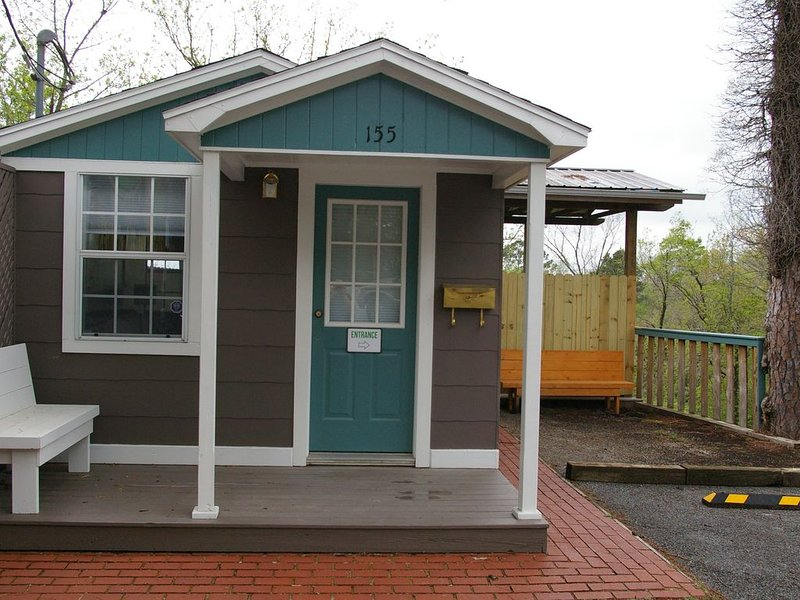 Reasonably Priced, Convenientally Located, Cottage/House With Private Deck., casa vacanza a Eureka Springs