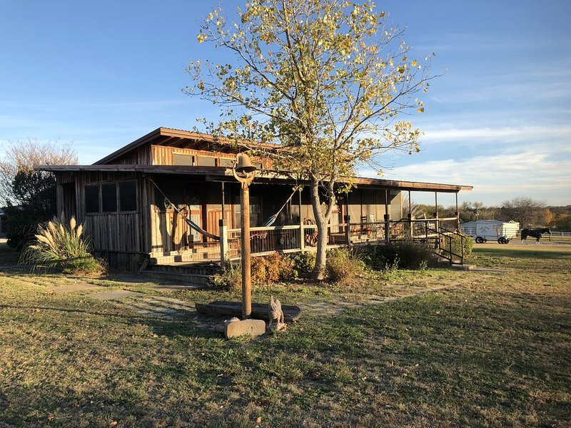 Rustic Ranch House Located at the Famous Punk Carter Horse Ranch, holiday rental in Aubrey