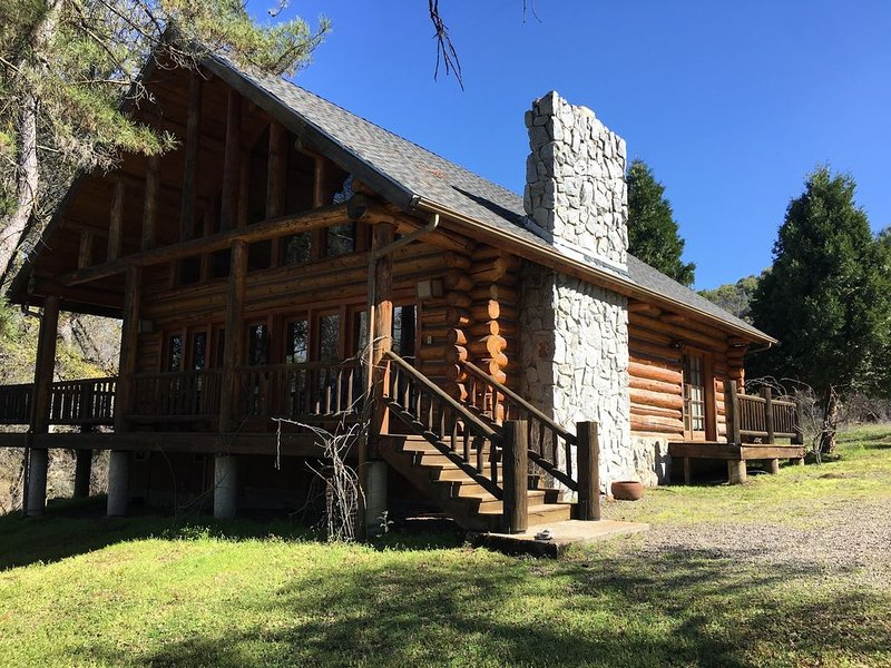 Authentic Log Cabin on 4,000 acre ranch in Yosemite California Sierra foothills, casa vacanza a North Fork