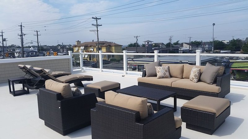 Oceanside private Second floor with Roof Top Deck Center of Harvey Cedars, alquiler de vacaciones en Harvey Cedars