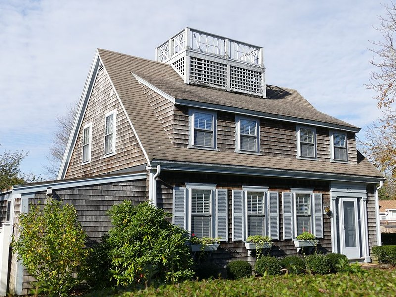 Charming Cape House, newly renovated, walk to beaches, Hyannis Harbor, and more!, holiday rental in Hyannis