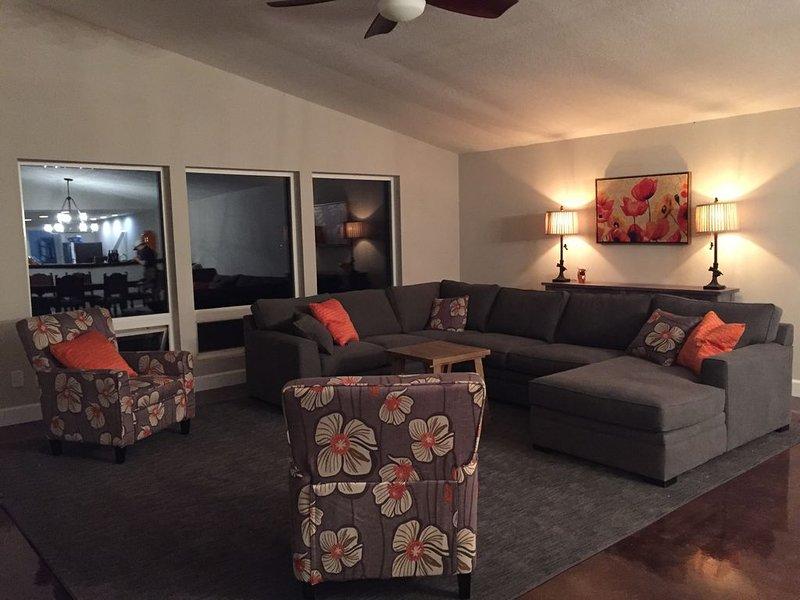 Sala de estar con ventanales hacia la vista.