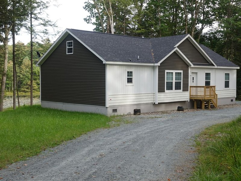 Brand New 3 Br Home On 300 Acres With Private 10 Acre Pond, vacation rental in Monticello