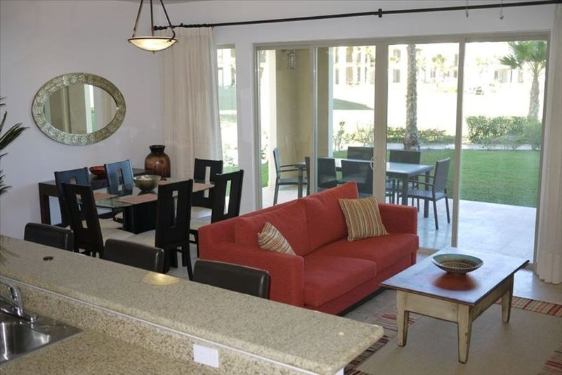 1st Floor Beachfront Condo in Paraiso Del Mar Resort 3br/$890/wk, location de vacances à La Paz