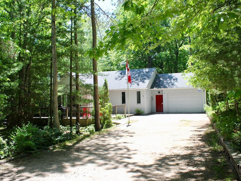 Stunning 3+2 BDR Cottage in Huron Woods, Grand Bend w/ Hot Tub & Close to Beach, alquiler de vacaciones en Grand Bend