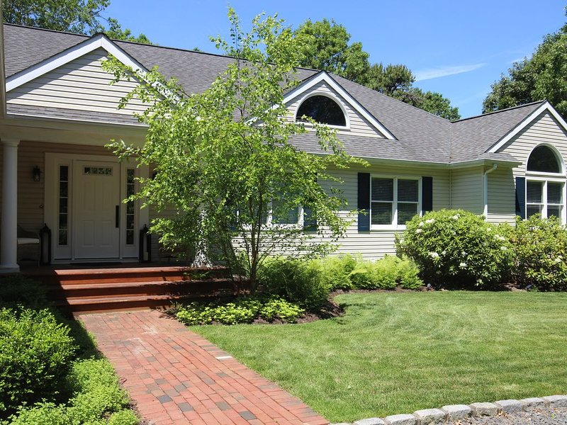 Newly Furnished - Spacious 4BR Westhampton Beach home on quiet cul-de-sac, holiday rental in Westhampton