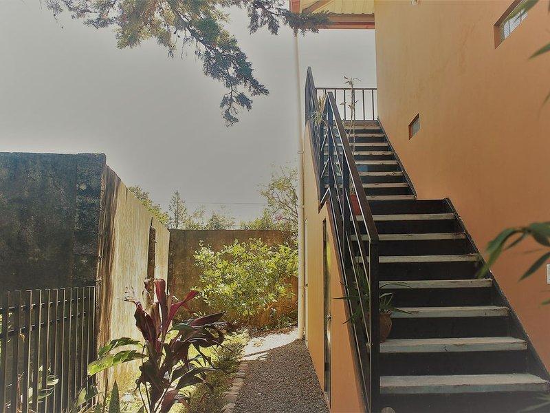 escada levando a entrada do apartamento no 2º andar