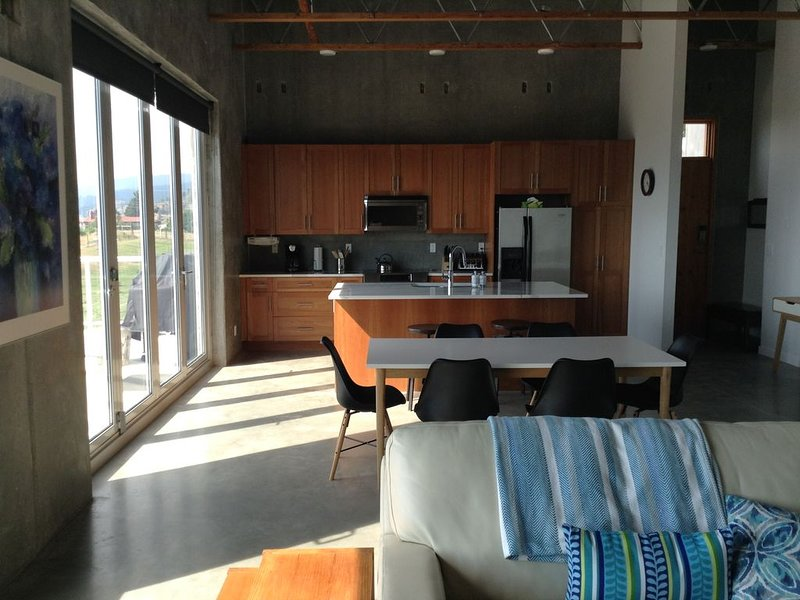 Modern design with beautiful views, minutes from Penticton and Okanagan Lake., vacation rental in Penticton