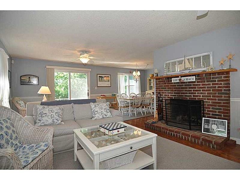 Sala de estar y comedor abiertos con barra deslizante para la cubierta posterior